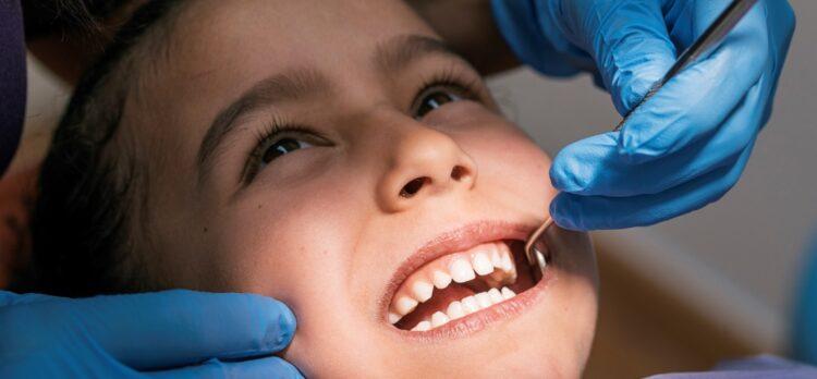 cómo corregir dientes chuecos en niños